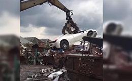 Туура эмес токтогон Ferrari темир-тезекке айланганда. Видео