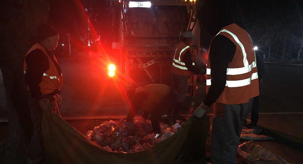 Сотрудники МП Тазалык во время уборки мусора на площади Ала-Тоо в Бишкеке после праздничных мероприятий посвященный Ноорузу
