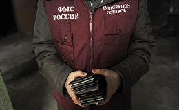 Россиянын миграция кызматынын кызматкери. Архив