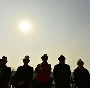 Участники акции в честь Дня ак калпака на площади Ала-Тоо. Архивное фото