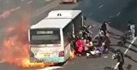 В Китае загорелся автобус, пассажиры спаслись в последний момент