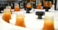 Линия розлива соков в тару на заводе. Архивное фото