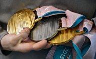 Спортсменка Екатерина Румянцева демонстрирует свои медали на церемонии встречи российских спортсменов - участников Паралимпиады 2018 в аэропорту Шереметьево. Архивное фото