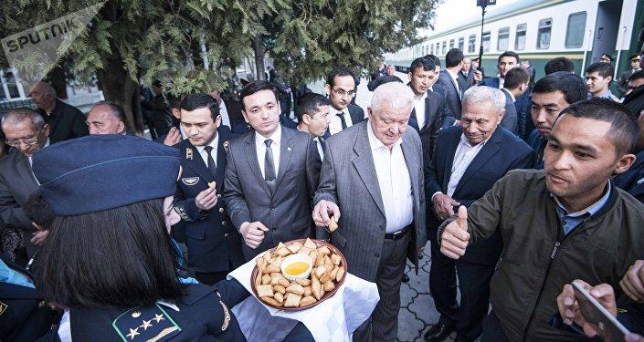 Аларды Кыргыз темир жолу ишканасынын директору Алмазбек Ногойбаев башында турган курам тосуп алды