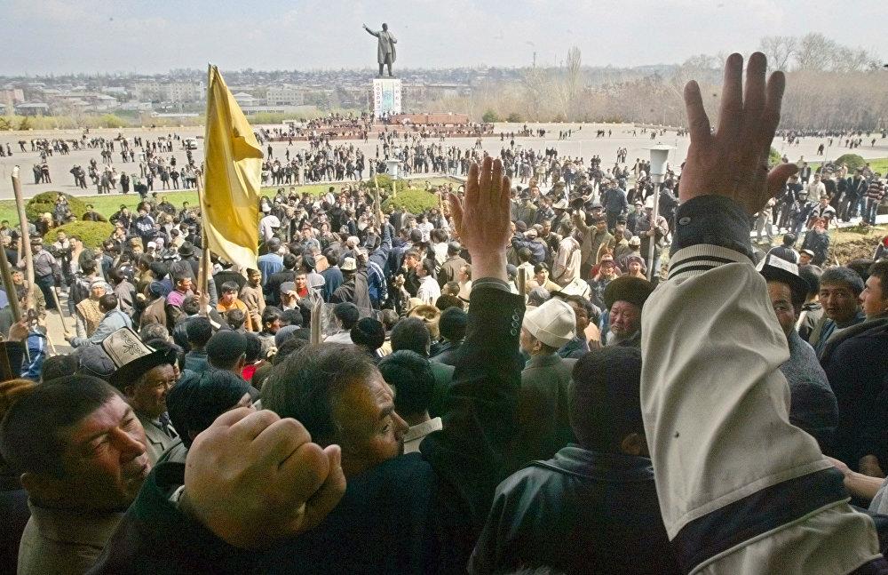 Ош облусунун администрациясын басып алган оппозициячылар