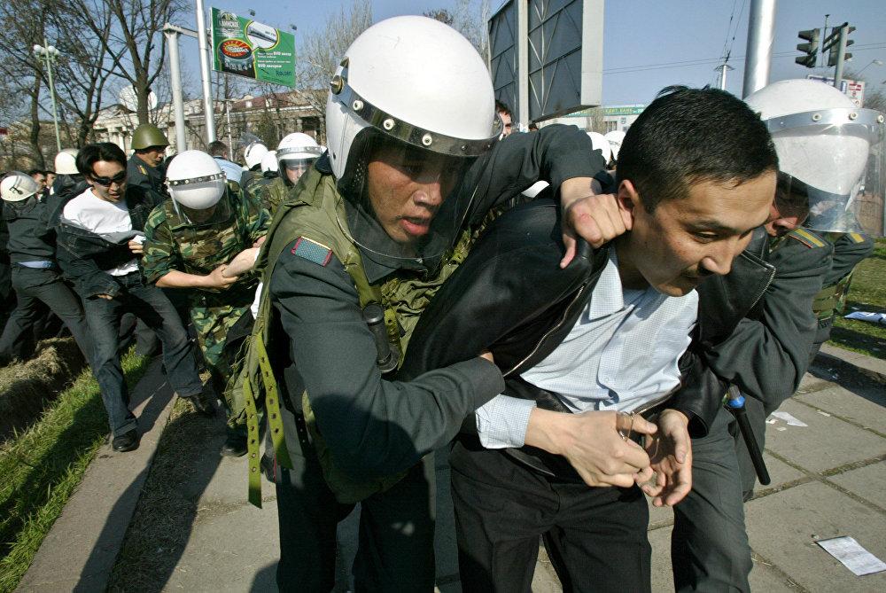 Милиция революция болорго бир күн калганда Бишкекте митингге чыккан оппозиция өкүлдөрүн кармап жатат