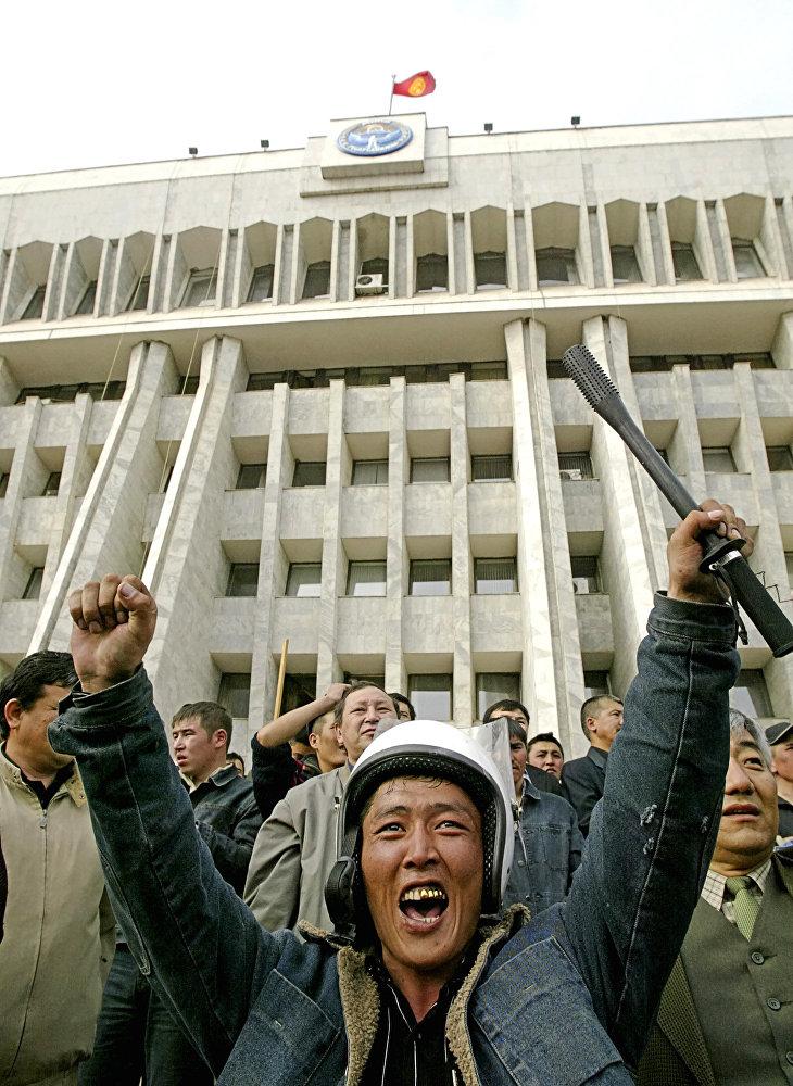 Митингчилер Ак үйдү басып алгандан кийин