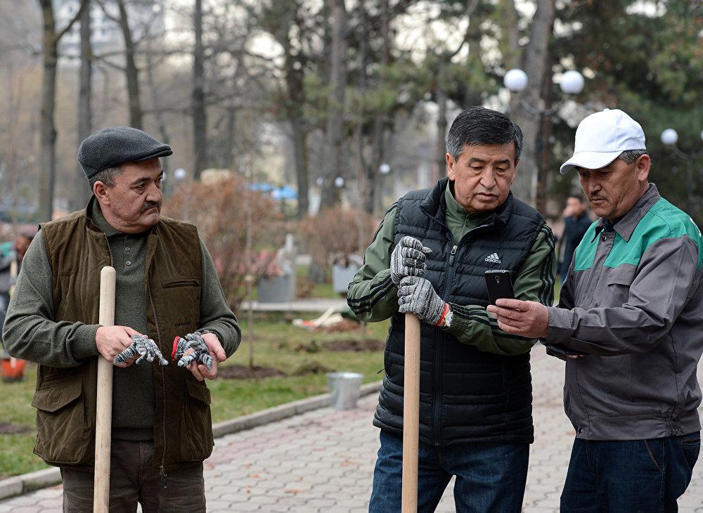 Сооронбай Жээнбеков и Албек Ибраимов на субботнике в Дубовом парке имени Ч. Айтматова