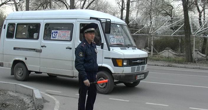 Посмотрите на трещину на лобовом — видео с рейда Микроавтобус в Бишкеке