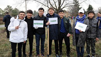 Премьер-министр Сапар Исаков принял участие в субботнике на территории Ботанического сада имени Э. Гареева в Бишкеке. 24 марта 2018 года