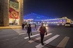 Люди на площади Ала-Тоо переходят дорогу в центре Бишкека. Архивное фото