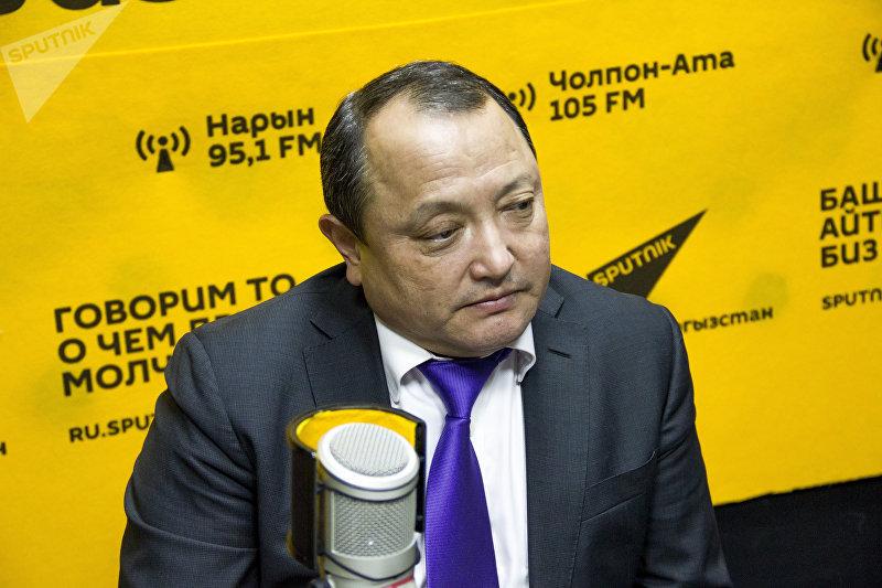 Директор Бишкекского научно-исследовательского центра травматологии и ортопедии Сабырбек Жумабеков во время интервью на радиостудии Sputnik Кыргызстан