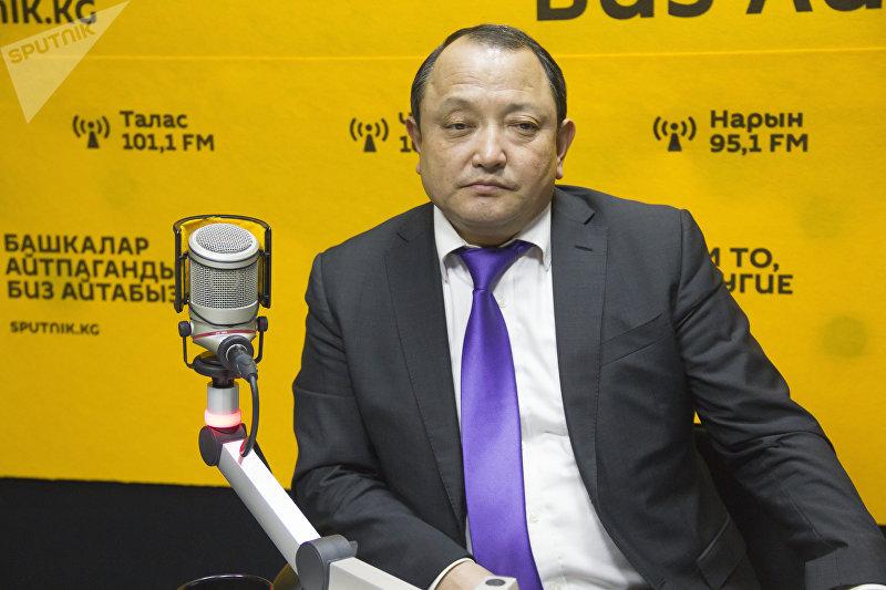 Директор Бишкекского научно-исследовательского центра травматологии и ортопедии Сабырбек Джумабеков во время интервью на радиостудии Sputnik Кыргызстан
