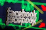 Логотип социальной сети Facebook на фоне графика биржевых акций. Архивное фото