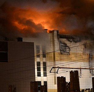 Сотрудники пожарной охраны МЧС борются с пожаром в торговом центре Зимняя вишня в Кемерово