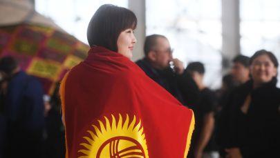 Футбольная болельщица с флагом Кыргызстана. Архивное фото