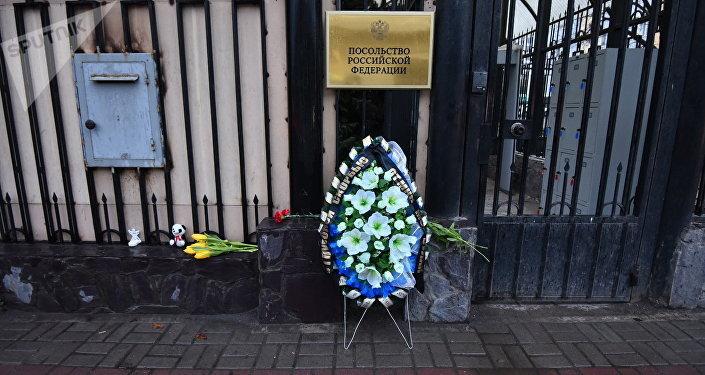 Катастрофа вКемерово: кпосольству РФ вБишкеке несут цветы