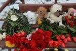 Цветы, свечи и мягкие игрушки возле здания торгового центра «Зимняя вишня» в Кемерово, где произошел пожар. Архивное фото