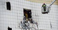 Сотрудники МЧС разбирают завалы после пожара в торговом центре Зимняя вишня в Кемерове.