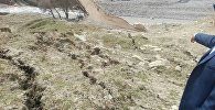 Оштун Кара-Кулжа районундагы Биринчи Май айылында көлөмү 25-30 метр кубга жеткен эски жер көчкү жылып, 18 491 кишини суу менен камсыздаган түтүктөрдү жараксыз абалга кабылтты