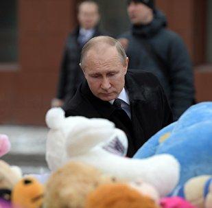 Президент РФ Владимир Путин возлагает цветы к стихийному мемориалу у торгового центра Зимняя вишня в Кемерово, где случился пожар.