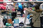 Посетительница в одном из магазинов торгово-развлекательного центра. Архивное фото