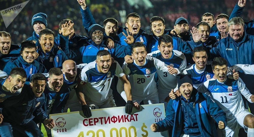 Футболисты сборной Кыргызстана после победы в матче с Индией на стадионе имени Долона Омурзакова в Бишкеке