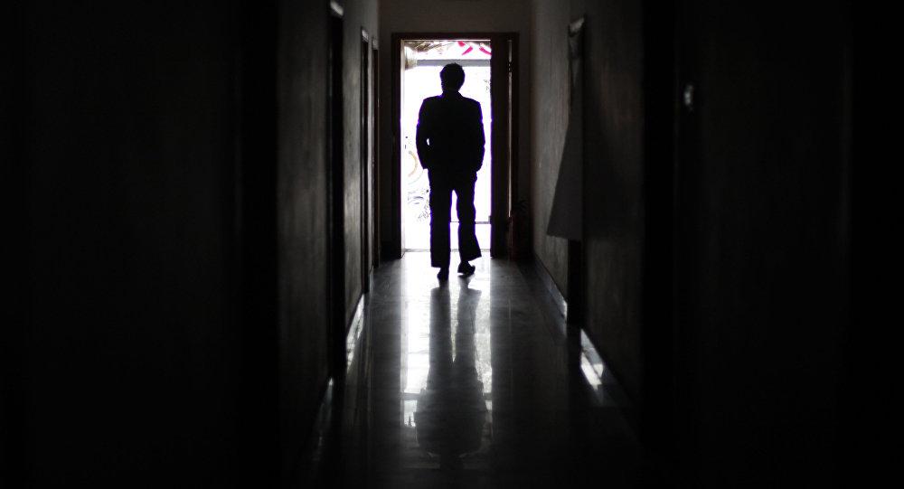 Силуэт мужчины идущего по коридору. Архивное фото