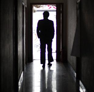 Силуэт мужчины в коридоре. Архивное фото