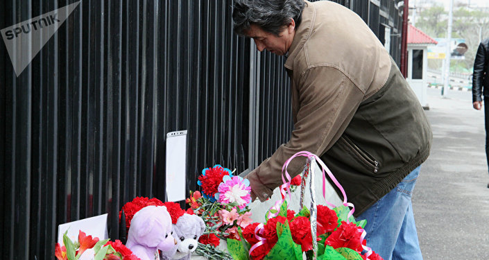 Цветы в память о погибших у здания генерального консульства РФ в Оше