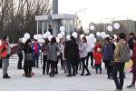 Трагедия в Кемерово: скорбящие бишкекчане выпустили в небо белые шары. Видео