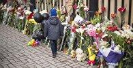 Кемероводогу кырсыктан улам Бишкектеги Россиянын элчиликтин алдына коюлган гүлдөр