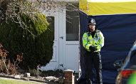 Полицейский стоит у дома бывшего офицера российской военной разведки Сергея Скрипаля в Солсбери. Архивное фото