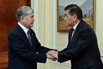 Президент КР Сооронбай Жээнбеков и экс-президент Алмазбек Атамбаев. Архивное фото