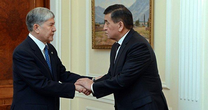 Президент Кыргызской Республики Алмазбек Атамбаев обсудил с премьер-министром Сооронбаем Жээнбековым и руководителем своего Аппарата Сапаром Исаковым начало процесса внедрения в стране биометрических электронных паспортов.