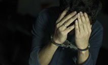 Мужчина в наручниках. Иллюстративное фото