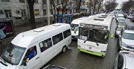 Автотранспорт стоит в заторе на проспекте Чуй в Бишкеке. Архивное фото