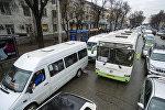 Движение транспорта на одной из улиц Бишкека. Архивное фото