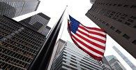 Американский флаг перед зданием на Парк-авеню в Нью-Йорке. Архивное фото