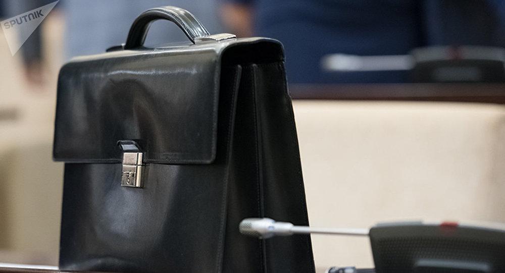 Портфель на рабочем столе. Архивное фото