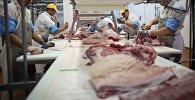 Разделочный цех мясоперерабатывающего комбината. Архивное фото