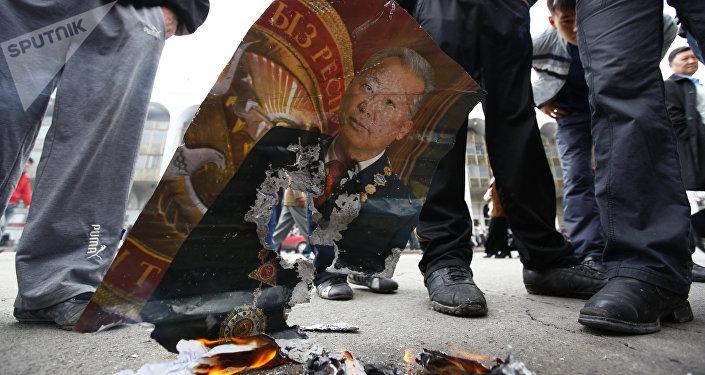 Апрель революциясында Кыргызстандын мурдагы президенти Курманбек Бакиевдин сүрөтүн күйгүзүү. Архивдик сүрөт