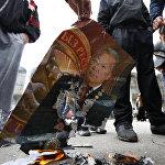 Митингчилер тактан кулатылган президент Курманбек Бакиевдин сүрөтүн жагууда