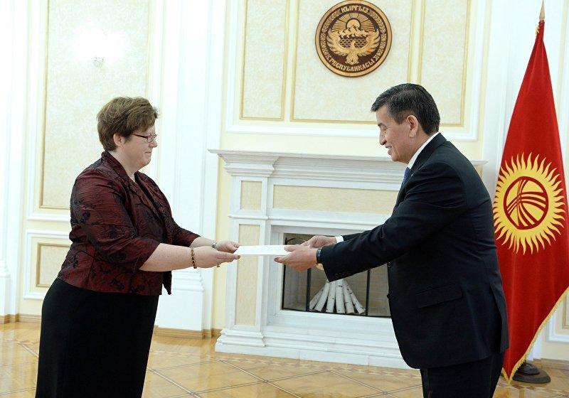 Посол Германии в Кыргызстане Моника Иверсен во время вручения верительной грамоты президенту КР Сооронбаю Жээнбекову