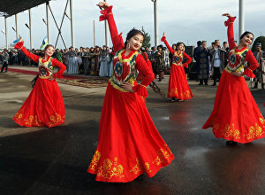 Премьер-министр Сапар Исаковдун Өзбекстанга болгон сапарында салтанат менен тосул алган өзбек эли. Архивдик сүрөт