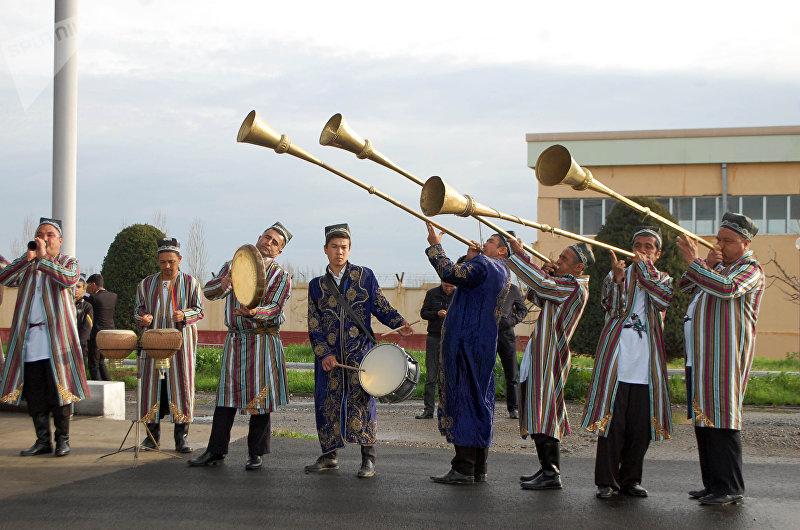 Церемония встречи премьер-министра Сапара Исакова у КПП Достук во время визита в Узбекистан