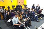 Журналисты на пресс-конференции Генеральная прокуратура о борьбе с коррупцией в правоохранительных органах в мультимедийном пресс-центре Sputnik Кыргызстан