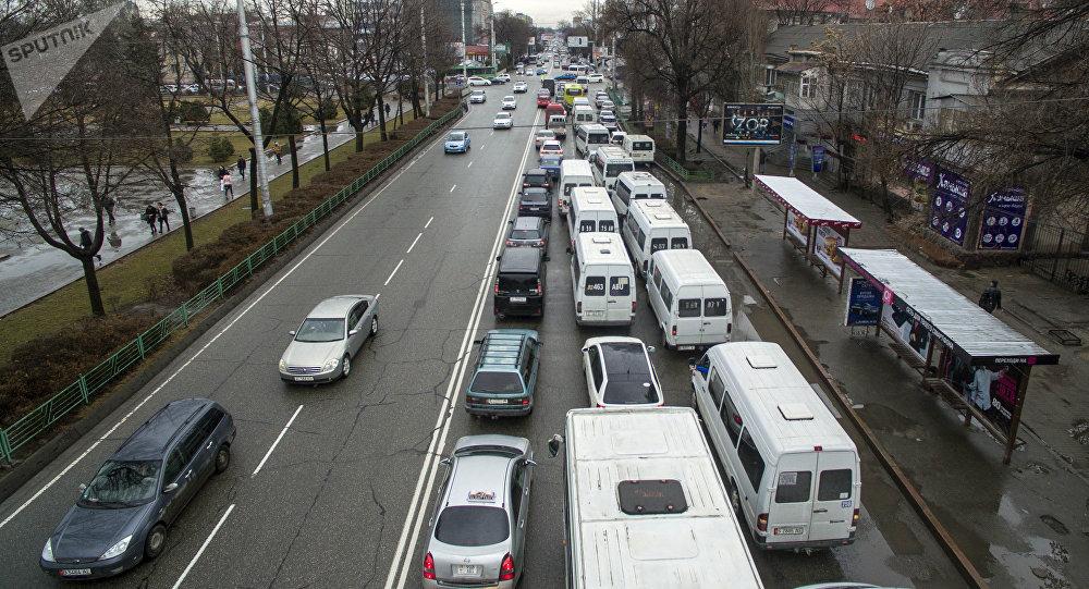 Автомобильный затор на проспекте Чуй в Бишкеке. Архивное фото