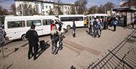 Бишкектеги аялдамада турган маршруттук такси. Архивдик сүрөт