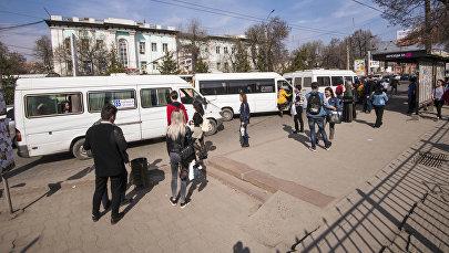 Люди ждут транспорт на одной из остановок Бишкека. Архивное фото